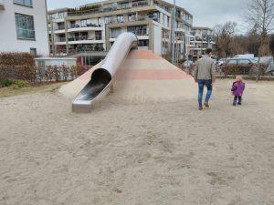 Foto: Kind und Erwachsener auf dem Spielplatz