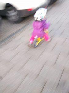 Foto: Mit Laufrad zum Spielplatz